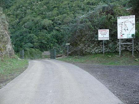 Le portail situé au début de la piste d'accès au Dimitile.