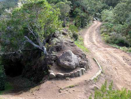 Rocher au croisement du sentier et de la piste